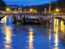Flut in Rom Boot fest unter der Brücke Lizenzfreie Stockfotos