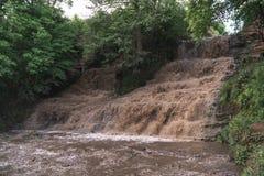 Flut, Unglück, hoher Niederschlag, die Drohung der Überschwemmung, Schmutzwasser Dzhurinsky-Wasserfall, Ukraine lizenzfreies stockbild