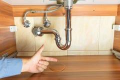 Flut unter Abfluss der Wanne im Badezimmer Stockfotografie