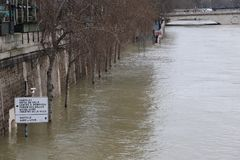 Fluten in der Stadt von Paris stockfotografie