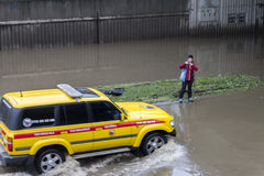 Fluten Prag im Juni 2013 - überschwemmte Straße und Technik Stockbilder