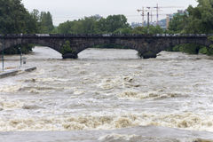 Fluten Prag 2013 - wilder die Moldau-Fluss Lizenzfreie Stockbilder