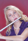 Fluter Spieler-Musiker-Jugendlicher auf Rot Stockfoto