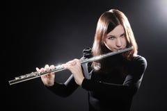 Flutist играя музыку каннелюры Стоковые Изображения