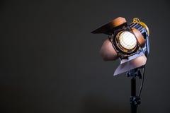 Flutlicht mit Halogen Lampe und Fresnellinse auf einem grauen Hintergrund Lichttechnische Ausrüstung für das Schießen Stockbilder