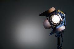 Flutlicht mit Halogen Lampe und Fresnellinse auf einem grauen Hintergrund Lichttechnische Ausrüstung für das Schießen Lizenzfreie Stockfotos
