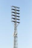 Flutlicht am Stadion gegen den blauen Himmel Lizenzfreie Stockfotografie