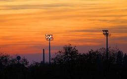 Flutlicht während des Sonnenaufgangs/des Sonnenuntergangs Lizenzfreie Stockfotos