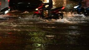Flutstraße am Nachtregenfall mit Motorrad und Autos als Hintergrund stock footage