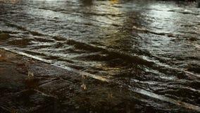 Flutstraßenverkehr auf einer regnerischen Nacht stock footage
