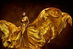 时装模特儿妇女礼服, In Fluttering Silk Beauty夫人褂子,挥动在风,有长的飞行布料的美丽的女孩的织品 免版税库存图片