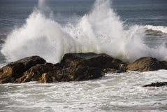 Fluttui contro le rocce Immagini Stock Libere da Diritti