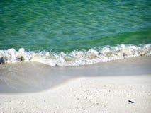 Fluttui l'arresto nella sabbia con il gabbiano Immagine Stock