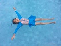 Flutuação bonita da moça fotos de stock royalty free