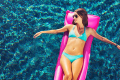 Flutuação de relaxamento da mulher na jangada na associação fotos de stock