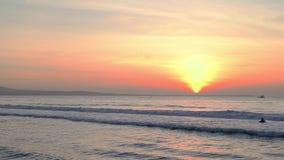 Flutuação do barco do horizonte de mar do nascer do sol filme