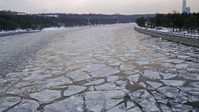 Flutuação do gelo no Moscou-rio video estoque