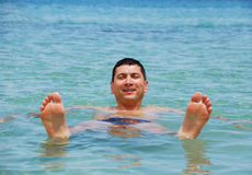 Flutuação do homem Fotos de Stock