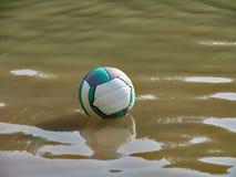 Flutuação na água que joga a bola Fotografia de Stock Royalty Free