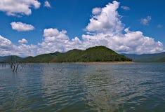 Flutuação na represa de Srinakarin Fotografia de Stock Royalty Free