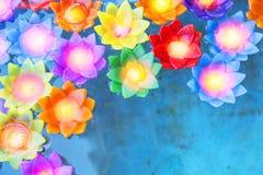 Flutuador colorido da vela da luz da flor na água fotos de stock royalty free