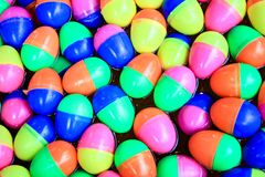 Flutuador colorido dos ovos na água fotos de stock royalty free