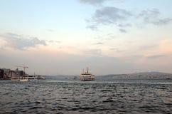 Flutuador das balsas na via navegável dourada do chifre Bosphorus foto de stock