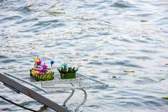 Flutuador decorado feito dos materiais naturais que está indo ao dro foto de stock royalty free