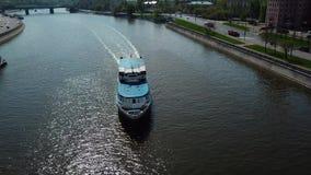 Flutuador do barco de prazer ou ir abaixo do rio na cidade ou nos megapolis Vista aérea do barco azul e branco com povos video estoque