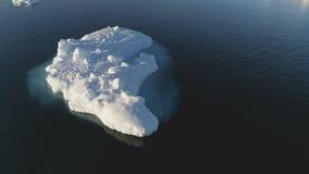 Flutuador do iceberg no zangão claro do oceano da água acima da vista filme