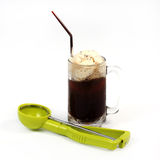 Flutuador do refrigerante root beer com colher foto de stock