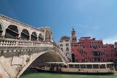 Flutuador do turista no barco sob a ponte de Rialto em Grand Canal, Veneza imagens de stock royalty free
