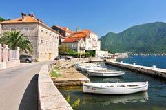 Flutuador dos barcos de pesca amarrado na cidade de Perast Baía de Kotor, Montenegro Louro Montenegro de Kotor foto de stock