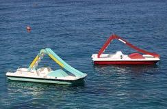 Flutuador dos barcos do pedal no mar imagens de stock