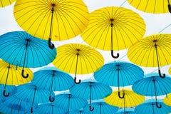 Flutuador dos guarda-chuvas no céu no dia ensolarado A instalação do projeto do céu do guarda-chuva Projeto exterior e decoração  imagem de stock royalty free