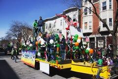 Flutuador dos Ironworkers, parada do dia de St Patrick, 2014, Boston sul, Massachusetts, EUA Fotografia de Stock