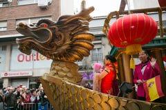 Flutuador e dragão da cor na parada chinesa do ano novo fotografia de stock
