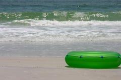 Flutuador e mar verdes imagem de stock