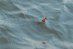 Flutuador na água do rio pesca para a isca fotos de stock royalty free