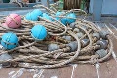Flutuador pl?stico para redes de pesca no navio imagens de stock
