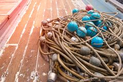 Flutuador pl?stico para redes de pesca no navio fotografia de stock