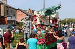 Flutuador que recorda a guerra mundial 1 na festa da vila fotografia de stock royalty free