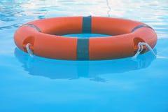 Flutuador vermelho do anel da associação do boia salva-vidas foto de stock