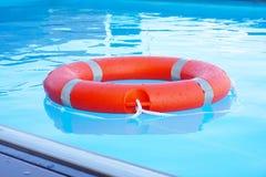 Flutuador vermelho do anel da associação do boia salva-vidas foto de stock royalty free
