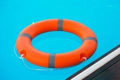 Flutuador vermelho do anel da associa??o do boia salva-vidas fotos de stock