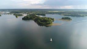 Flutuadores do iate na superfície da água no lago A tempestade está vindo no horizonte filme