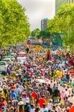 Flutuadores e trajes do vestido de fantasia em Gauteng Carnival em Preto imagens de stock royalty free
