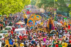 Flutuadores e trajes do vestido de fantasia em Gauteng Carnival em Preto fotografia de stock