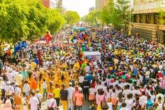 Flutuadores e trajes do vestido de fantasia em Gauteng Carnival em Preto imagem de stock royalty free