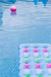 Flutuando o colchão de ar azul e cor-de-rosa Foto de Stock Royalty Free